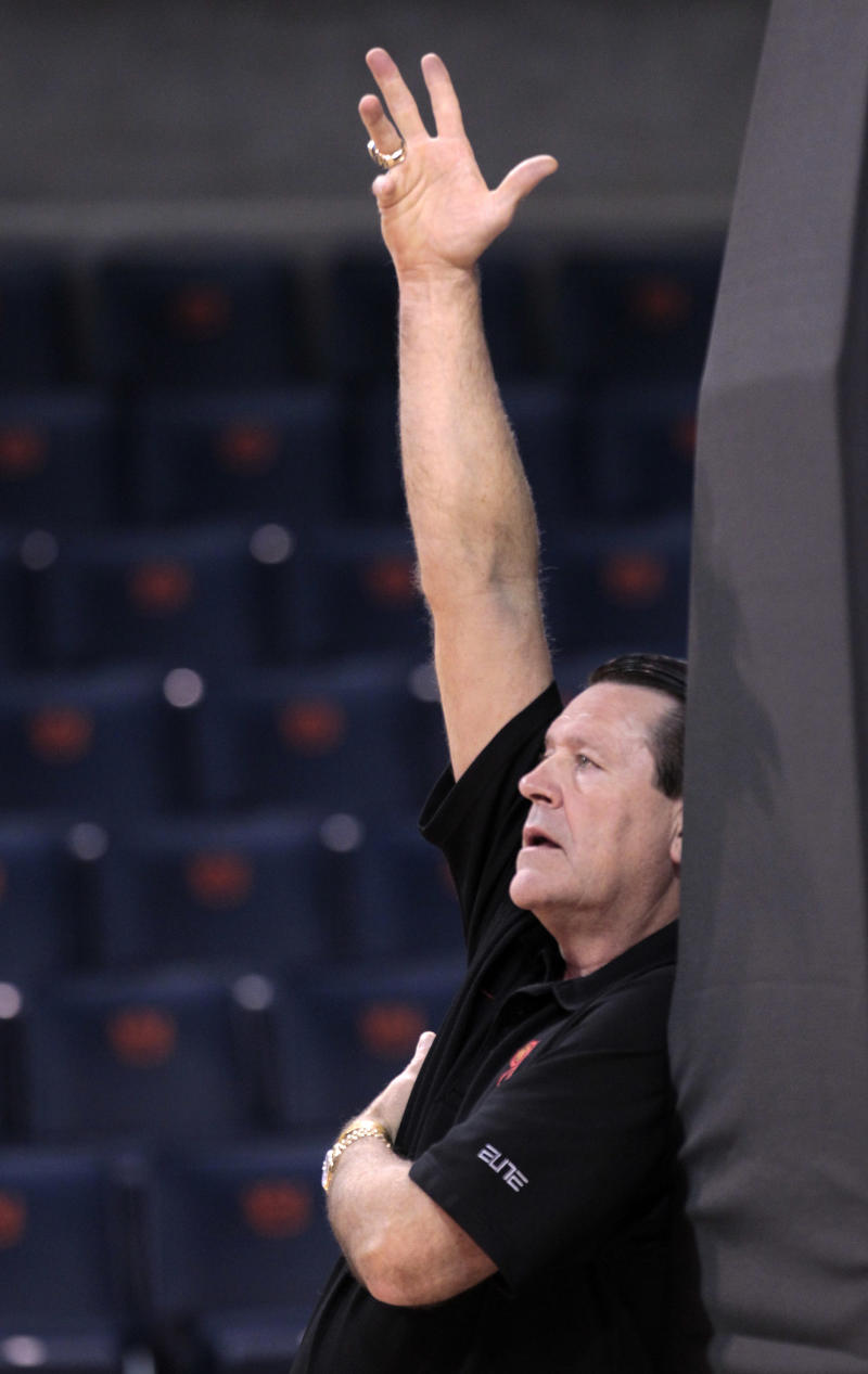 Georgia coach Andy Landers talks with his players during practice for the first round of the NCAA women's college basketball tournament at the Auburn Arena in Auburn, Ala., Saturday, March 19, 2011. Georgia will face Middle Tennessee State on Sunday. (AP Photo/Dave Martin)