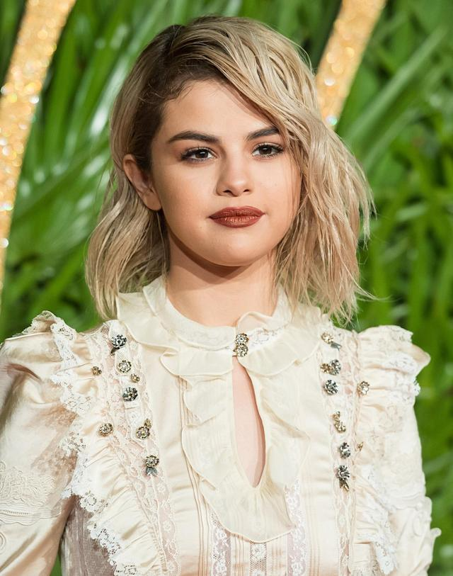 <p>Gomez's shockingly blond 'do accentuates her bold brows. (Photo: Getty Images) </p>