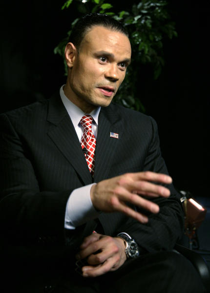 "Daniel Bongino, ex agente del Servicio Secreto y candidato al Senado federal por Maryland, habla en entrevista con The Associated Press el martes 17 de abril de 2012 en Nueva York. Bongino dijo que los agentes investigados por contratar prostitutas en Colombia mientras preparaban la visita del presidente Obama ""pagarán para siempre por ello"". (Foto AP/Peter Morgan)"
