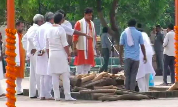 <p>Preparations underway at Smriti Sthal for the funeral </p>