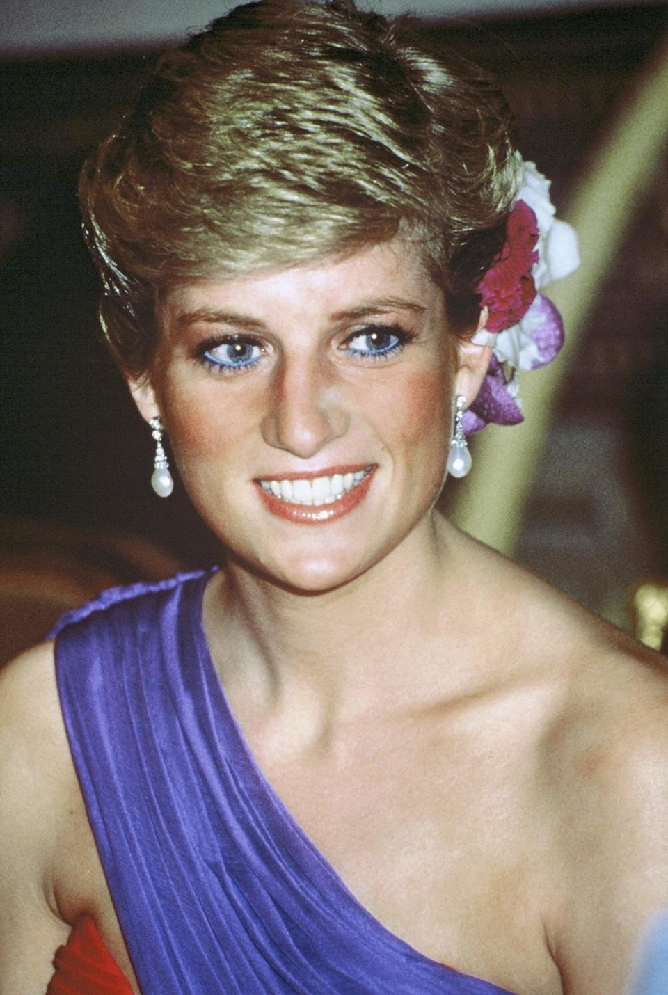 <p>Her blue eyeliner made a comeback, this time paired with silk flowers in her hair and a shoulder-baring dress. </p>