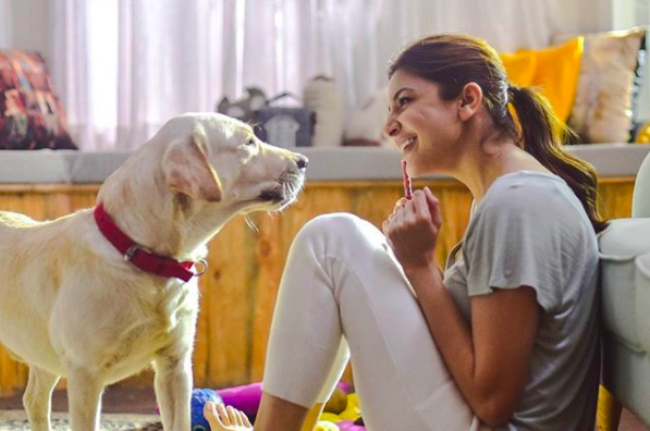 <p>Anushka Sharma loves chilling with her dog – Dude. </p>