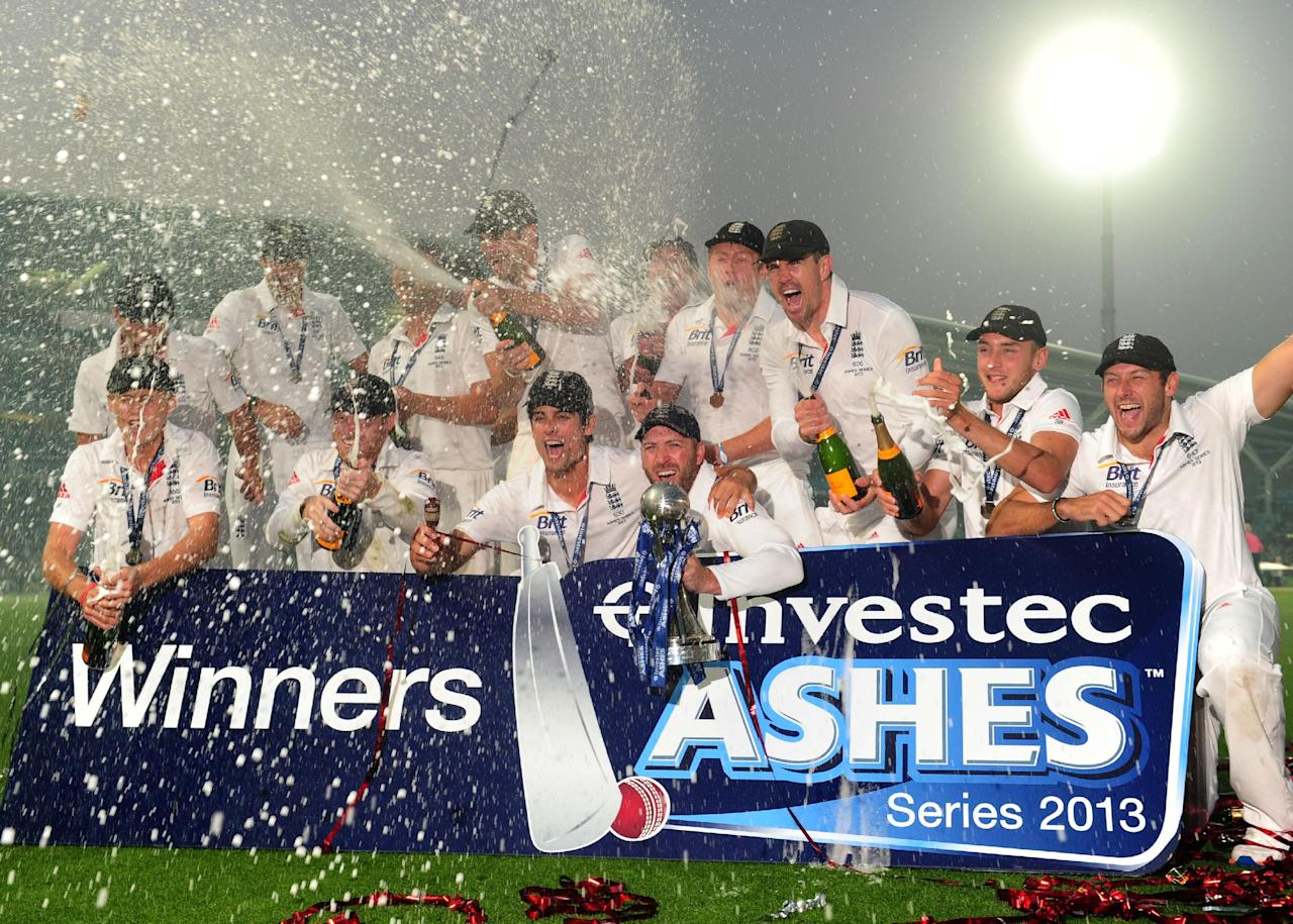 The England team celebrate with the Ashes Urn on day five of the Fifth Investec Ashes Test match at The Kia Oval, London.
