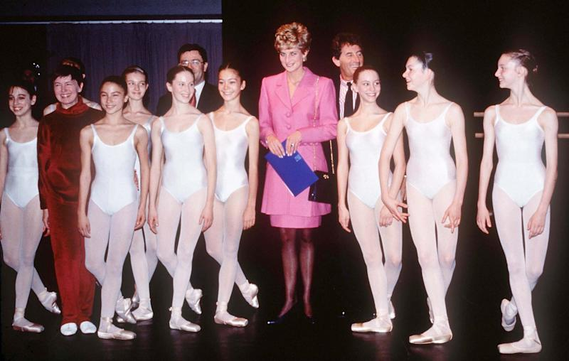 PARIS - NOVEMBER 01: Diana, Princess of Wales poses with ballet dancers during a visit to Paris on November 01, 1994 in Paris, France. (Photo by Anwar Hussein/Getty Images)
