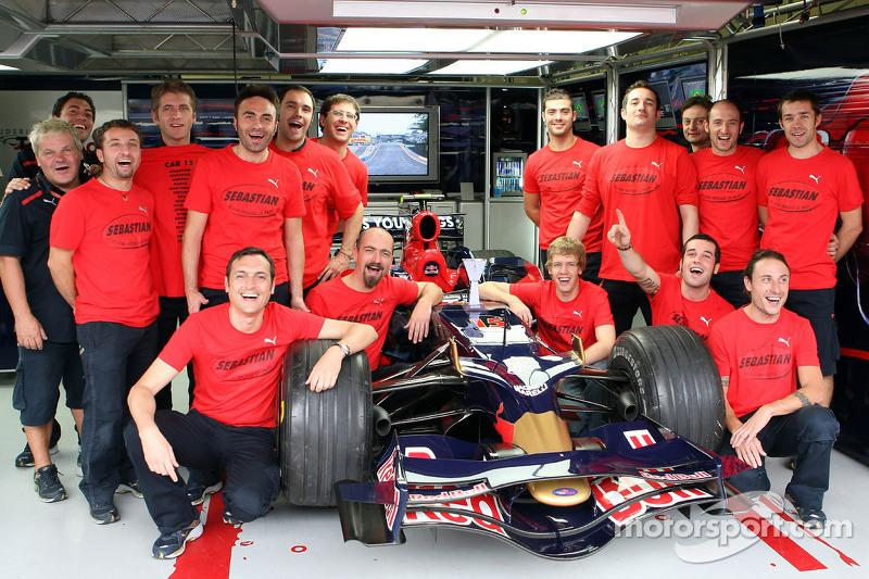 """Sebastian Vettel con el equipo<span class=""""copyright"""">Red Bull GmbH and GEPA pictures GmbH</span>"""