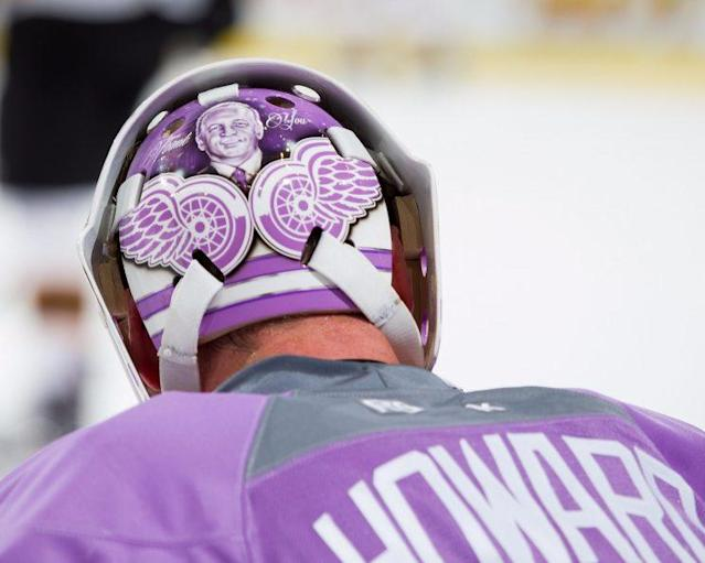 "<a class=""link rapid-noclick-resp"" href=""/nhl/players/3771/"" data-ylk=""slk:Jimmy Howard"">Jimmy Howard</a> pays tribute to Dave Strader on his mask. (NHL/Twitter)"