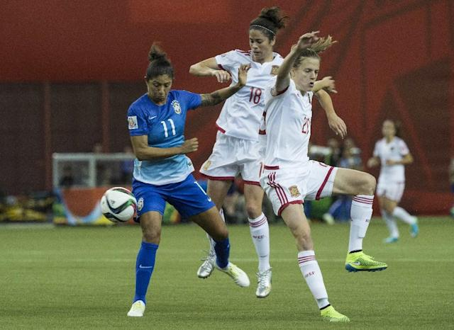 Brazil's Cristiane (L) goes up against Spain's Marta Torrejon (C) and Irene Paredes during their Group E match at the 2015 FIFA Women's World Cup at the Olympic Stadium in Montreal on June 13, 2015 (AFP Photo/Nicholas Kamm)