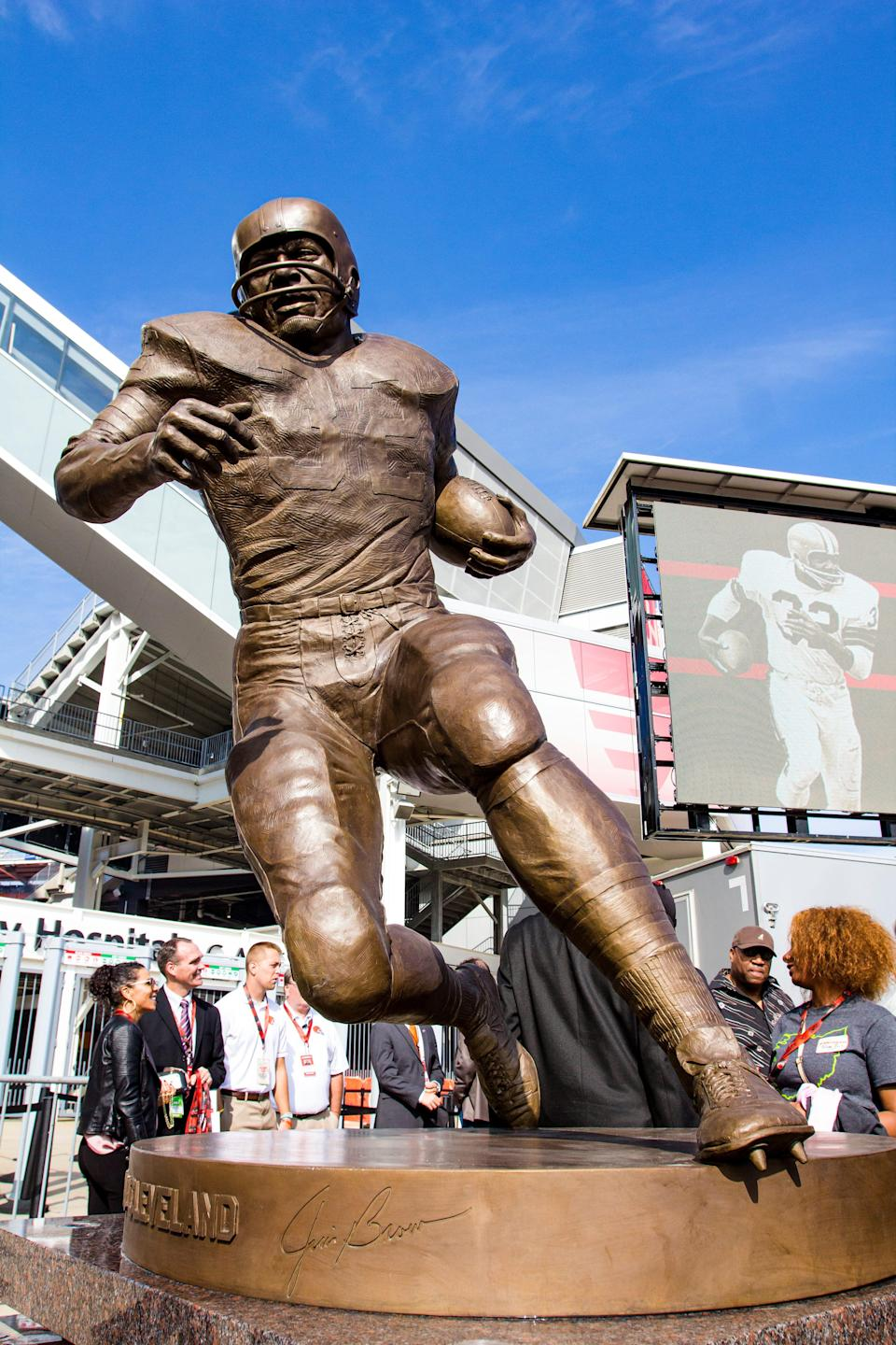 Jim Brown's statue being unveiled at FirstEnergy Stadiumin 2016.