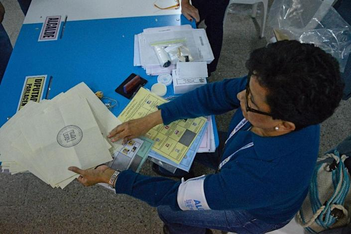 A member of the Supreme Electoral Court starts counting votes in Guatemala City on September 6, 2015 (AFP Photo/Johan Ordonez)