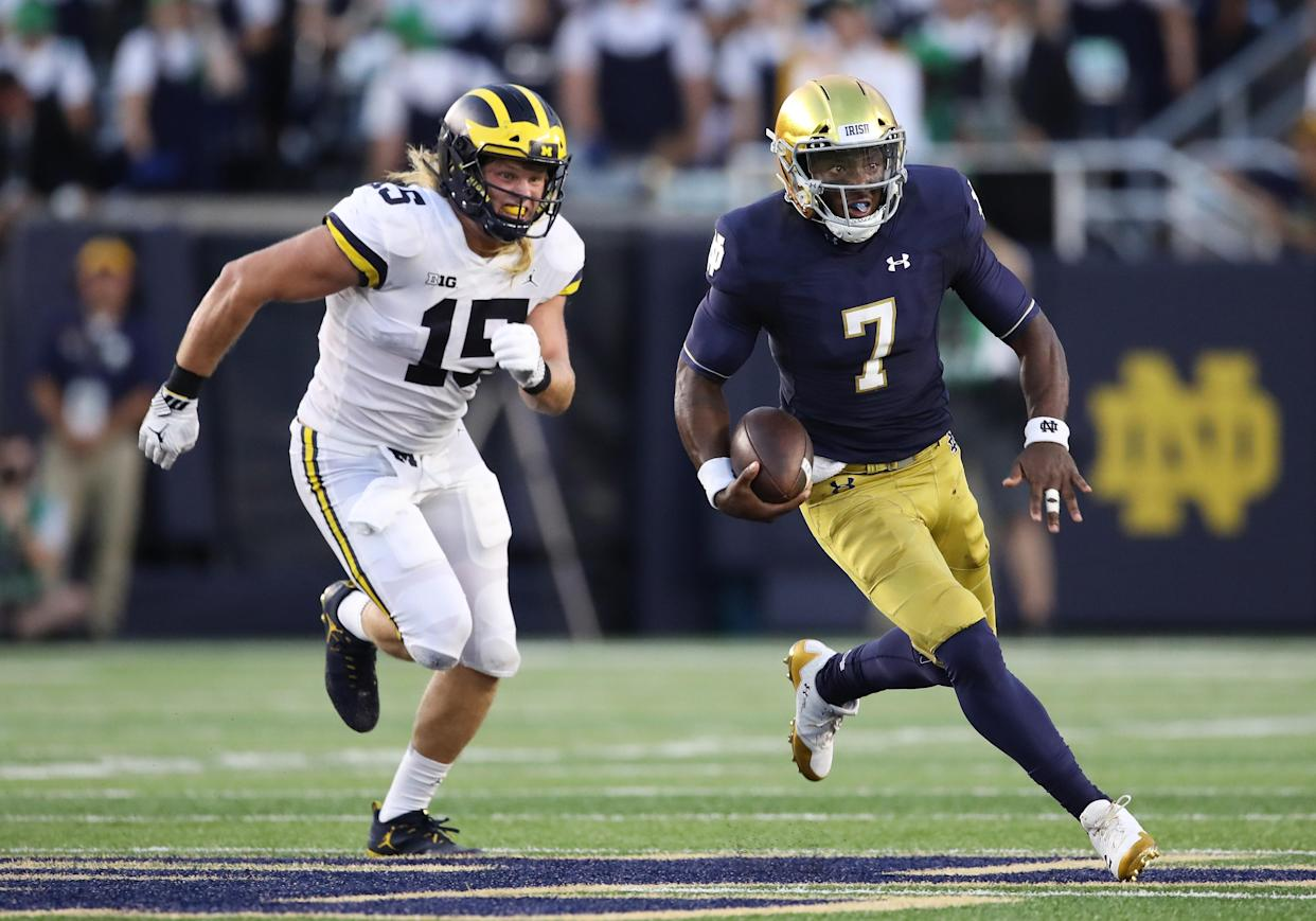 """QB <a class=""""link rapid-noclick-resp"""" href=""""/ncaaf/players/257359/"""" data-ylk=""""slk:Brandon Wimbush"""">Brandon Wimbush</a> of the Notre Dame Fighting Irish carries the ball against <a class=""""link rapid-noclick-resp"""" href=""""/ncaaf/players/240625/"""" data-ylk=""""slk:Chase Winovich"""">Chase Winovich</a> of the <a class=""""link rapid-noclick-resp"""" href=""""/ncaaf/teams/mmk"""" data-ylk=""""slk:Michigan Wolverines"""">Michigan Wolverines</a>. (Photo by Gregory Shamus/Getty Images)"""