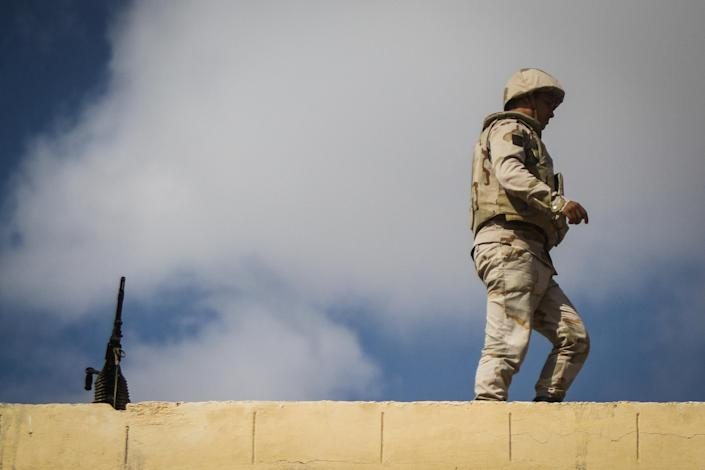 An Egyptian soldier stands guard along the Rafah border with Israel on July 19, 2014 (AFP Photo/Mohamed el-Shahed)
