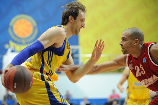 BC Khimki's Zoran Planinic (L) vies with BC Spartak Saint-Petersburg's Victor Keyru during an Eurocup semi-final basketball match between BC Khimki and BC Spartak Saint-Petersburg in Khimki, outside Moscow, on April 14, 2012. AFP PHOTO / KIRILL KUDRYAVTSEV (Photo credit should read KIRILL KUDRYAVTSEV/AFP/Getty Images)