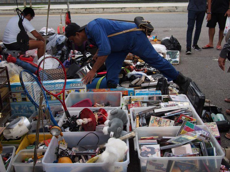 <p>Old CDs, toys and used home appliances among items sold by this vendor. (Photo: Net Reindio/ Yahoo Lifestyle Singapore)</p>