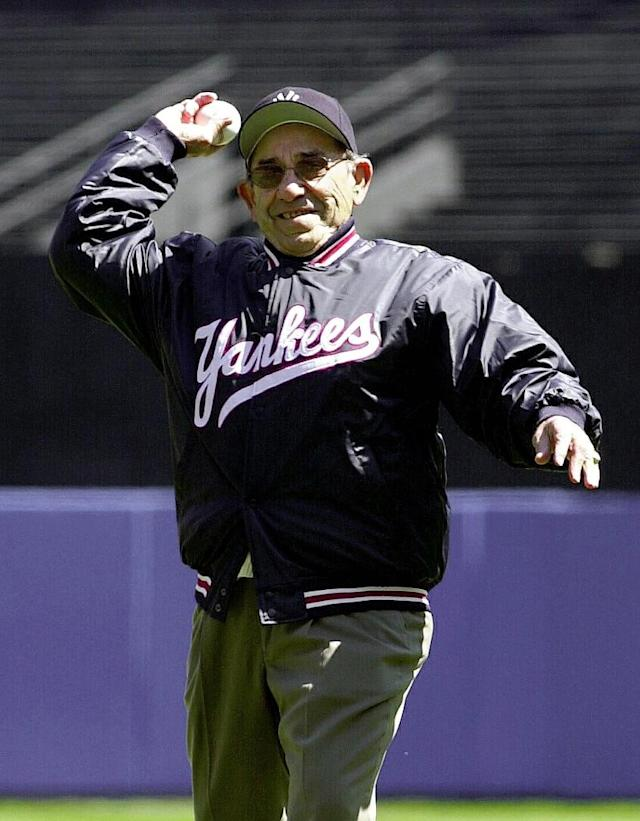 Former New York Yankees catcher Yogi Berra throwing out the first pitch to start the home season for the New York Yankees in New York on April 12, 2000 (AFP Photo/Henny Ray Abrams)