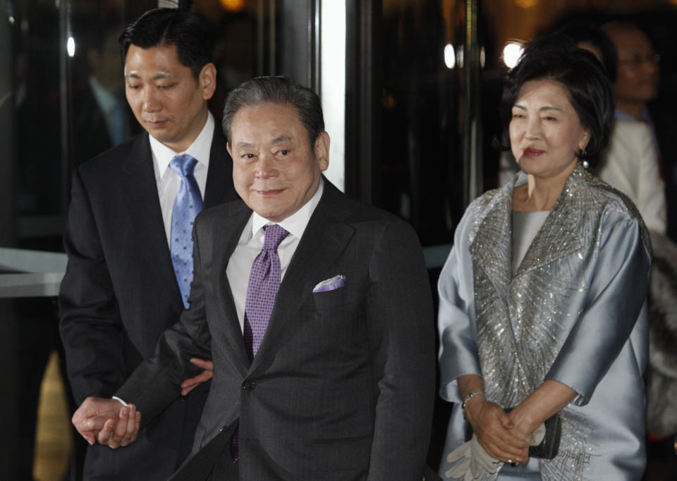 Samsung Electronics Chairman Lee Kun-hee (C) attends the celebration of his 71st birthday at the Shilla hotel with his wife Hong Ra-hee in Seoul January 9, 2012.   REUTERS/Kim Hong-Ji (SOUTH KOREA - Tags: BUSINESS)