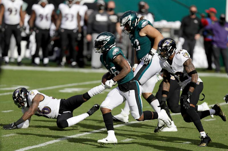 Ravens avoid late collapse, hang on to beat Eagles, 30-28, to move to 5-1 entering bye week