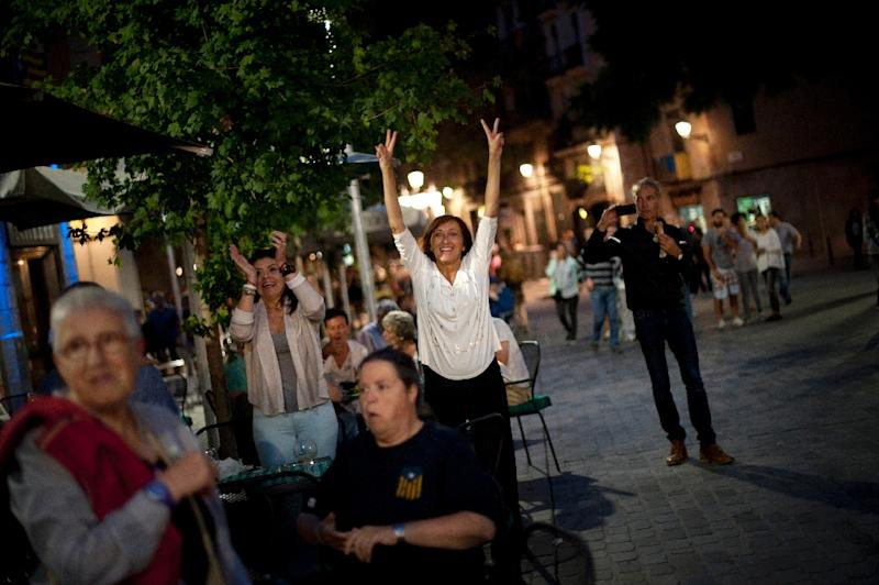 People celebrate as results are called after the closing of polling stations during the Catalan regional election on September 27, 2015 in Barcelona (AFP Photo/Jorge Guerrero)
