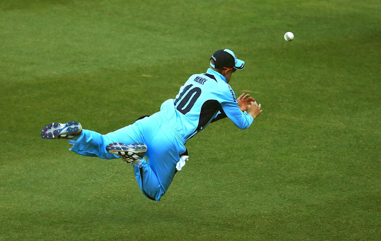 SYDNEY, AUSTRALIA - JANUARY 30: Scott Henry of the Blues drops a catch in the outfield during the Ryobi One Day Cup match between the New South Wales Blues and the Western Australia Warriors at Sydney Cricket Ground on January 30, 2013 in Sydney, Australia.  (Photo by Mark Nolan/Getty Images)