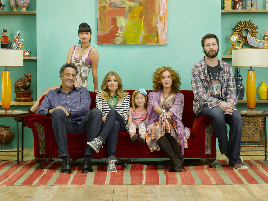 "How To Live With Your Parents (For The Rest Of Your Life) - ABC's ""How To Live With Your Parents (For The Rest Of Your Life)"" stars Brad Garrett as Max, Stephanie Hunt as Jenn, Sarah Chalke as Polly, Rachel Eggleston as Natalie, Elizabeth Perkins as Elaine and Jon Dore as Julian. (ABC/BOB D'AMICO)"