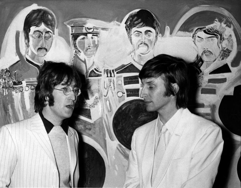 John Lennon e Jonathan Hague alla Royal Institute Gallery di Londra, 4 dicembre 1967. (AP Photo)