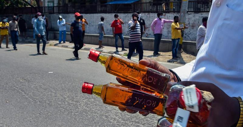 Liquor Sales in Telangana: KCR Govt Aims to Earn Rs 375 Crore in Revenue From Alcohol Business Amid COVID-19 Lockdown