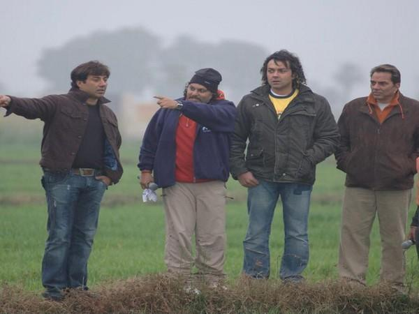 Cast of 'Apne' with director Anil Sharma (Image source: Twitter)