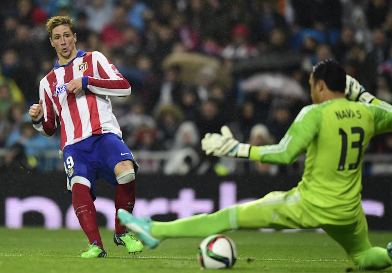 Atletico Madrid's Fernando Torres (left) scores during a Copa del Rey match against Real Madrid at the Santiago Bernabeu stadium in Madrid on January 15, 2015 (AFP Photo/Javier Soriano)