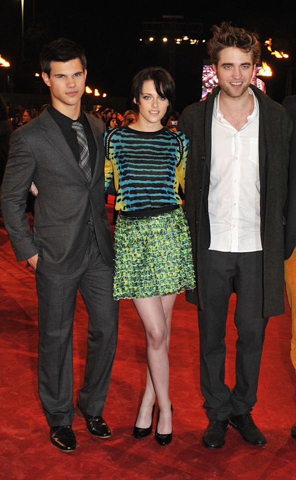 """<a href=""""http://movies.yahoo.com/movie/contributor/1808598632"""">Taylor Lautner</a>, <a href=""""http://movies.yahoo.com/movie/contributor/1807776250"""">Kristen Stewart</a> and <a href=""""http://movies.yahoo.com/movie/contributor/1808623206"""">Robert Pattinson</a> attend the <a href=""""http://movies.yahoo.com/movie/1810055802/info"""">The Twilight Saga: New Moon</a> fan event in London - 11/11/2009"""