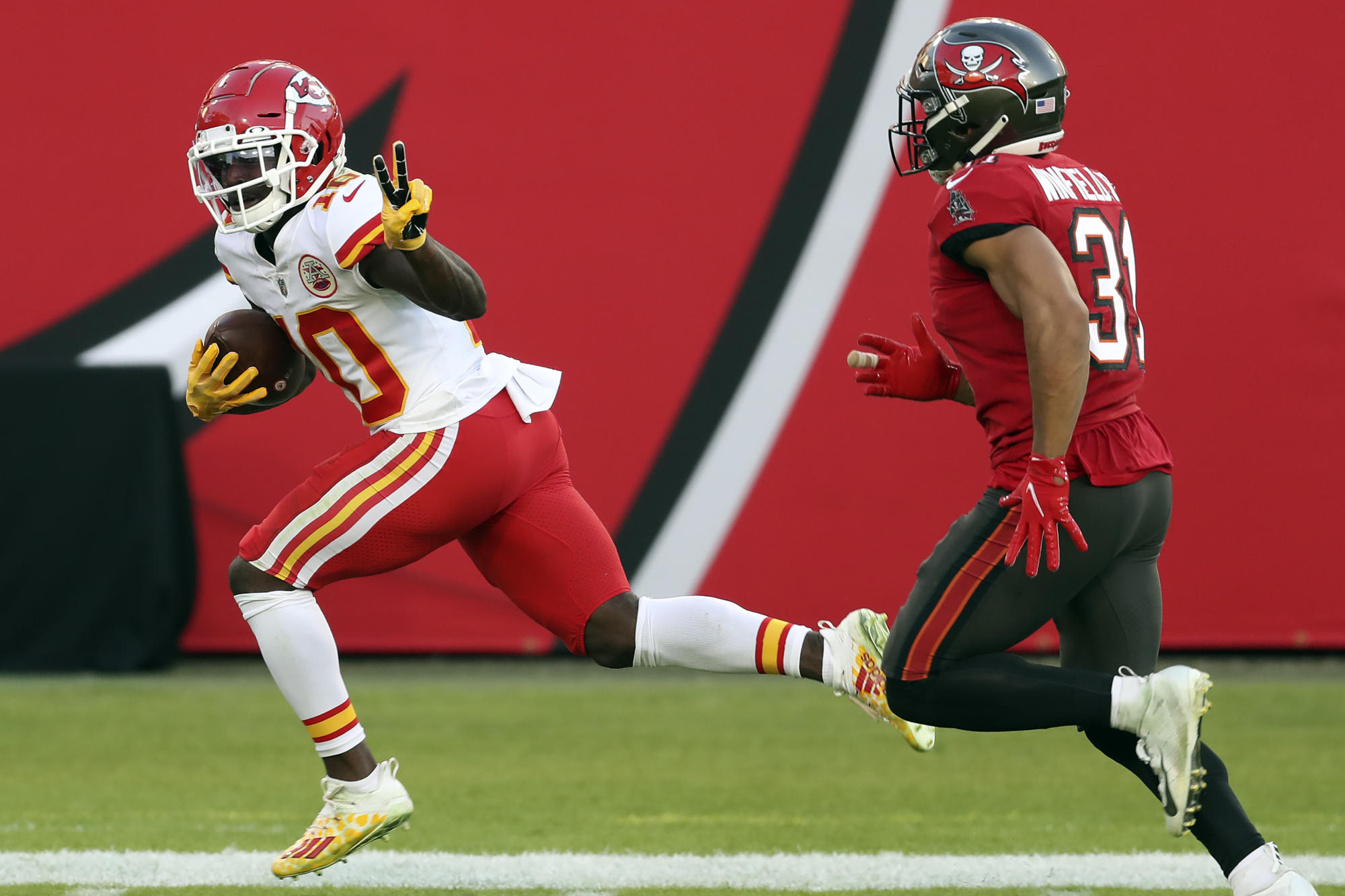 Week 12 Wrap: Tyreek Hill joins fantasy football history - Yahoo Sports