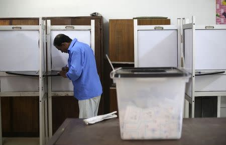 A voter casts his ballot in a polling station near the Saladin Citadel on the third day of voting in the Egyptian presidential election in Cairo, May 28, 2014. REUTERS/Amr Abdallah Dalsh
