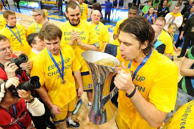 BC Khimki's Kresimir Loncar (R) and team mates celebrate after winning the Eurocup final basketball match between BC Khimki and Valencia in Khimki, outside Moscow on April 15, 2012. BC Khimki won 77-68. AFP PHOTO / KIRILL KUDRYAVTSEV