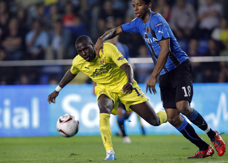 Villarreal's  Jozy Altidore from the US, left,  duels for the ball with Brugge's Ryan Donk from Holland during their  Europa  soccer match at Madrigal stadium in Villarreal, Spain, Thursday Sept. 30, 2010. (AP Photo/Alberto Saiz)