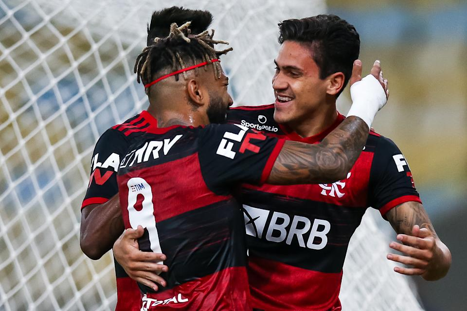 RIO DE JANEIRO, BRAZIL - JULY 08: Pedro of Flamengo celebrates with his teammates Gabriel Barbosa and Bruno Henrique after scoring the first goal of his team during the match between Flamengo and Fluminense as part of the Taca Rio, the Second Leg of the Carioca State Championship at Maracana Stadium on July 8, 2020 in Rio de Janeiro, Brazil. The match is played behind closed doors and further precautionary measures against the coronavirus (COVID - 19) Pandemic. (Photo by Buda Mendes/Getty Images)