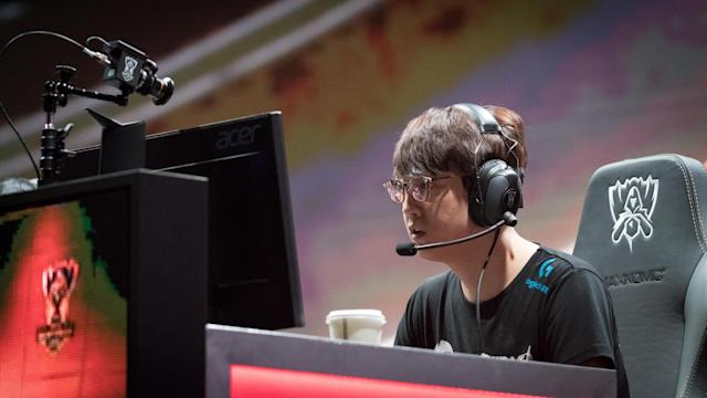Mata's shotcalling will be instrumental for RNG in the League of Legends Worlds knockout round (Jeremy Wacker)