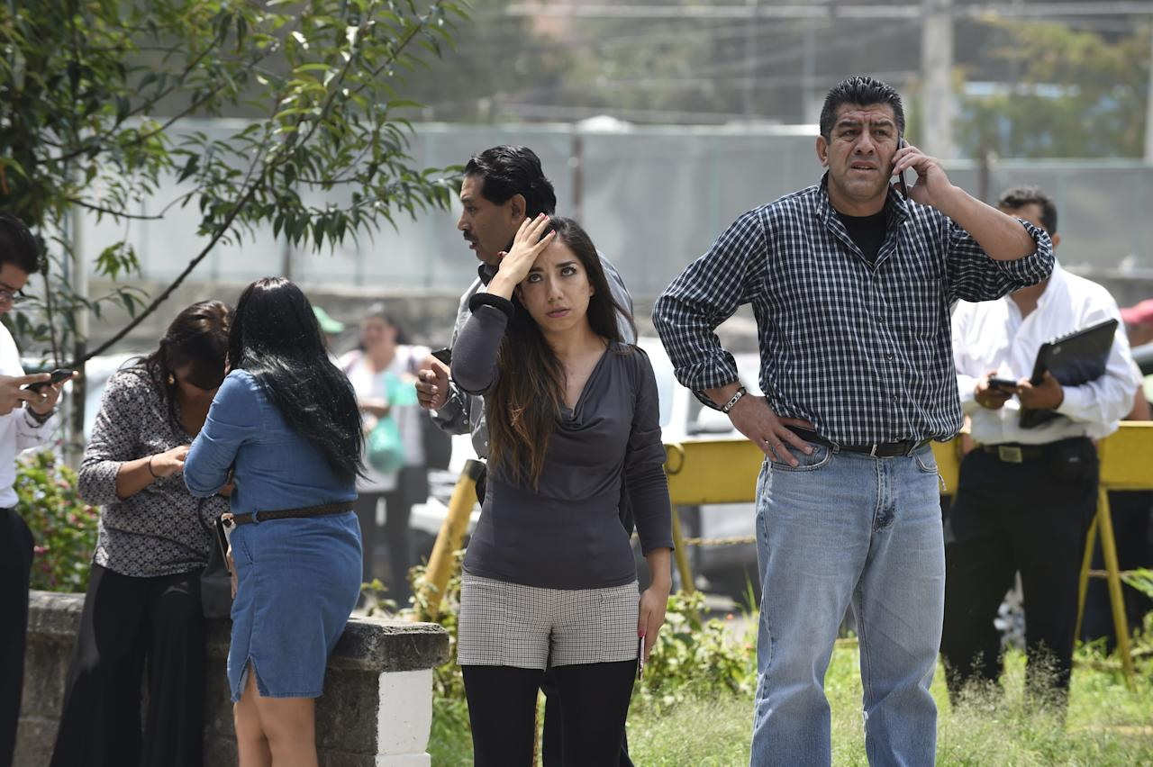 <p>People react as a real quake rattles Mexico City on September 19, 2017 as an earthquake drill was being held in the capital. (Photo: Alfredo Estrella/AFP/Getty Images) </p>