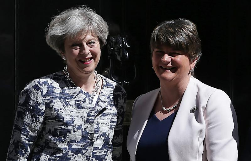 Britain's Prime Minister Theresa May (left) poses for a picture with Democratic Unionist Party (DUP) leader Arlene Foster at 10 Downing Street in central London on June 26, 2017 (AFP Photo/Daniel LEAL-OLIVAS)