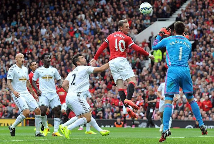 Manchester United's English striker Wayne Rooney (2nd R) heads towards goal during the English Premier League football match between Manchester United and Swansea City at Old Trafford in Manchester, north west England on August 16, 2014 (AFP Photo/Paul Ellis )