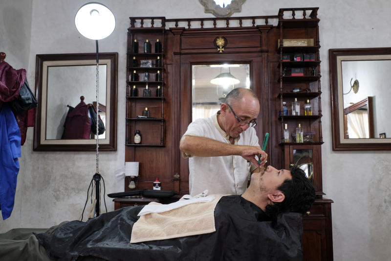 VALLADOLID, YUCATAN, MEXICO - 2019/01/16: Traditional barber shaving a client with a razor in a barber shop in the city of Valladolid. (Photo by Jorge Fernández/LightRocket via Getty Images)
