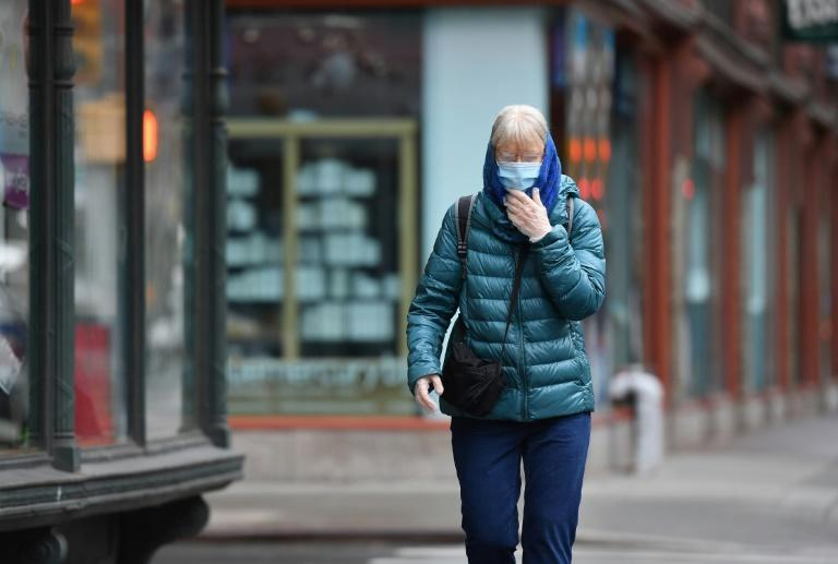 A New Yorker wears a face mask on the street (AFP Photo/Angela Weiss)