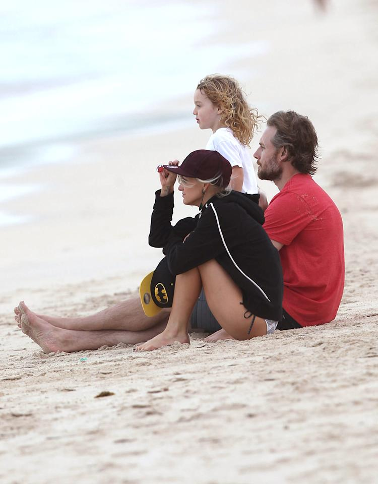 50978258 Ashlee Simpson, her son Bronx Wentz, Tina Simpson, Eric Johnson and his daughter Maxwell hanging out on the beach while on vacation in Oahu, Hawaii on December 26, 2012. Ashlee and Bronx played while Eric and Maxwell enjoyed the ocean view. FameFlynet, Inc - Beverly Hills, CA, USA -  1 (818) 307-4813