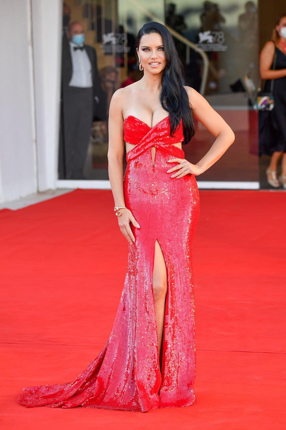 """Adriana Lima attended the premiere of the movie""""Madres Paralelas."""""""