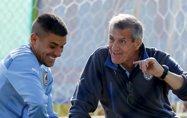 FILE PHOTO: Uruguay's Maximiliano Pereira (L) talks to head coach Oscar Tabarez at a training session at Sport Center Los Llanos in La Serena, June 19, 2015. Uruguay will play against Paraguay on June 20 during their Group B soccer match at the Copa America soccer tournament in Chile. REUTERS/Mariana Bazo/File Photo