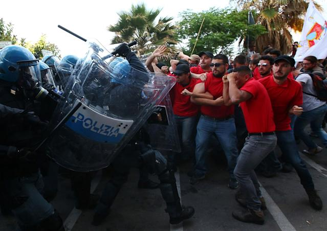 <p>Protesters face police during a demonstration against the G7 summit in Giardini Naxos near Taormina, Sicily, Italy, May 27, 2017. (Photo: Alessandro Bianchi/Reuters) </p>