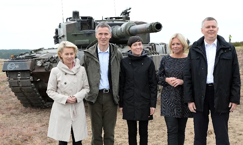 NATO Secretary General Jens Stoltenberg (2L) poses with Poland's Defence Minister Tomasz Siemoniak (R) and other defence miniters after a NATO Response Force exercise in Zagan, Poland, on June 18, 2015 (AFP Photo/Janek Skarzynski)