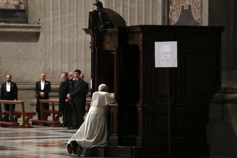 Pope Francis receives confession during the penitential celebration in St. Peter's Basilica at the Vatican, on March 13, 2015 (AFP Photo/Alessandro Bianchi)