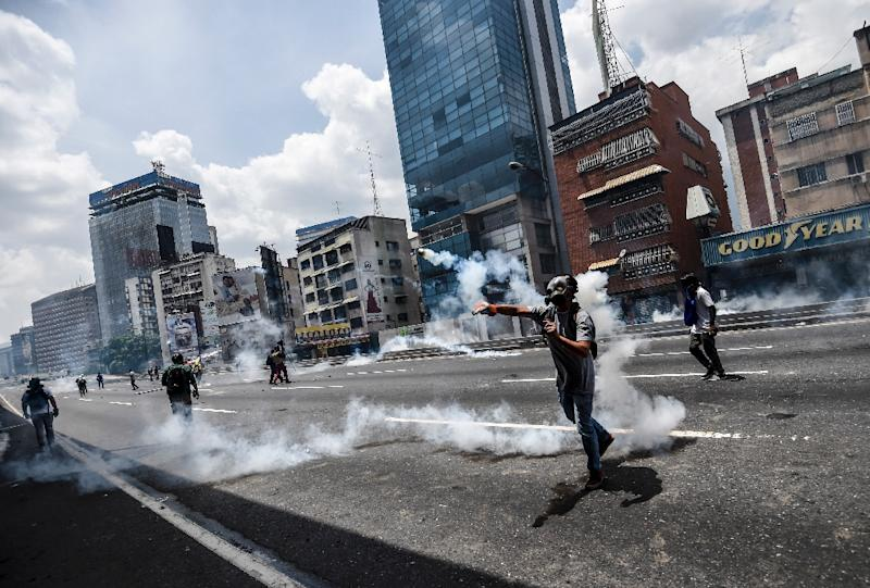 Demonstrators clash with the police during a rally against Venezuelan President Nicolas Maduro, in Caracas on April 19, 2017 (AFP Photo/JUAN BARRETO)