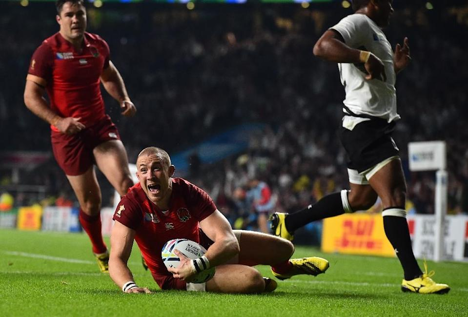 TOPSHOTS England's fullback Mike Brown (C) scores against after Fiji in their 2015 Rugby World Cup opening match at Twickenham on September 18, 2015 (AFP Photo/Ben Stansall)
