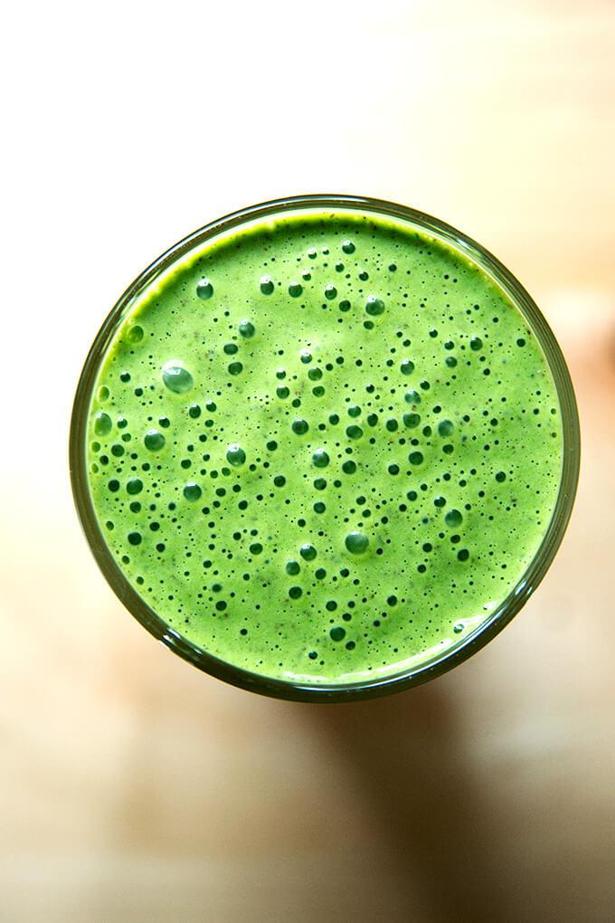 Green Smoothie with Spinach, Almond Butter, & Dates (Alexandra Stafford. / Alexandra Stafford.)