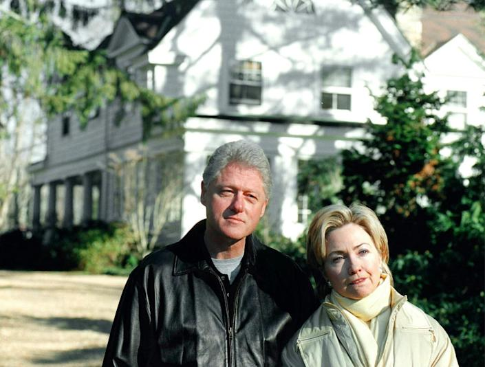 <p>President Bill Clinton and first lady Hillary Rodham Clinton speak to the press in front of their Chappaqua, N.Y., home on Jan. 6, 2000. (Photo: Chris Hondros/Getty)</p>