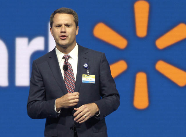 Doug McMillon habla en una reunión en Arkansas en 2015 (AP Photo/Danny Johnston, File)